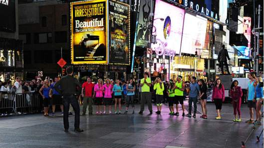 the-amazing-race-season-25-start-teams-times-square-new-york-city